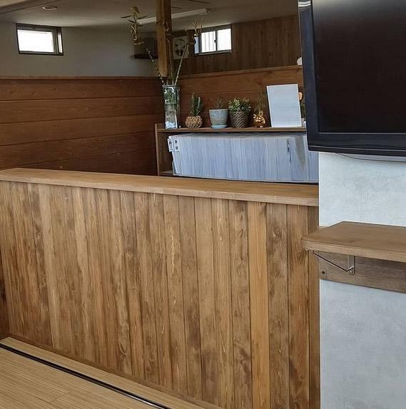 木造受付カウンター